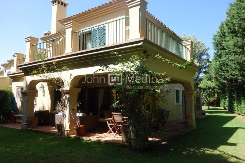 SEMI-DETACHED TOWNHOUSE WITH LARGE GARDEN IN SOTOGRANDE BEACHSIDE